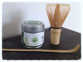 Challenge-Vorbereitung ist alles: Matcha-Tee. Für stilechten Genuss mit Portionierlöffel und Rührbesen aus Bambus.